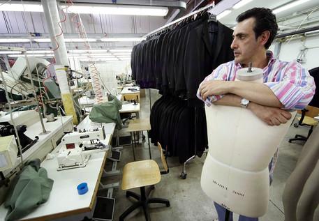 Un operaio al lavoro all'interno di una impresa  tessile (archivio) © ANSA