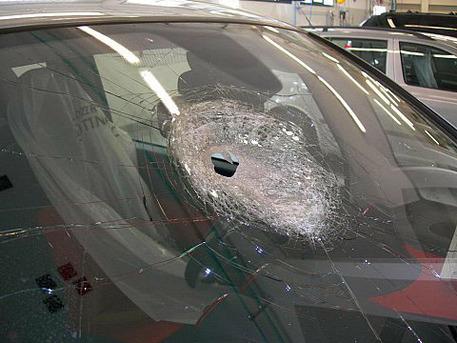 Sasso contro un'auto: donna muore per lo choc