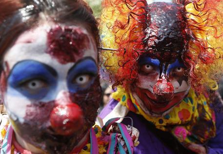 Maschere da zombie-clown (foto: ANSA )