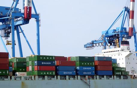 Una foto di archivio di un'operazione di carico di container nel porto di Genova © ANSA