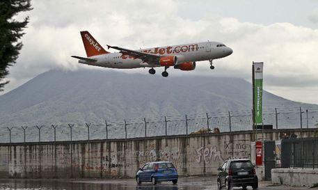 Paura sul volo EasyJet Napoli-Venezia: atterraggio di emergenza a Fiumicino