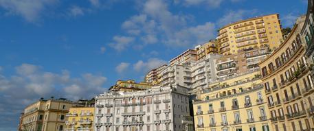 Nella immagine di archivio, uno scorcio dei palazzi lungo il corso Vittorio Emanuele a Napoli © ANSA