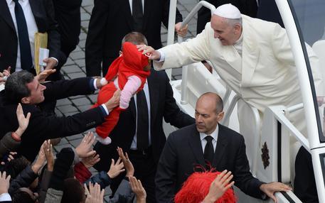 Il Papa sfida i terroristi, Francesco in Egitto non userà auto blindate