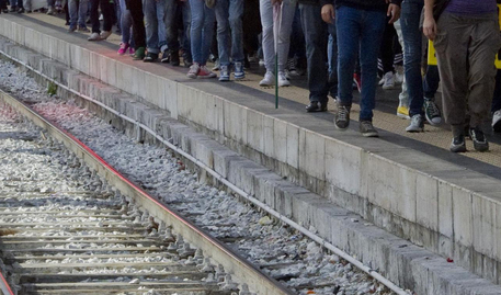 Parabiago (Milano): 14 enne muore investito da treno al passaggio a livello