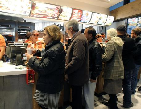 Vigilante McDonald's allontana africani, accoltellato a Milano