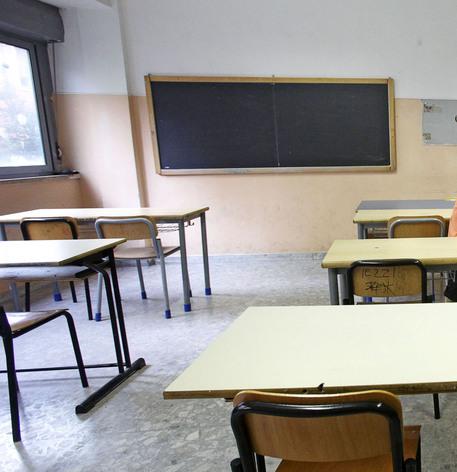 Alessandria: legano prof. alla sedia e la riempiono di calci