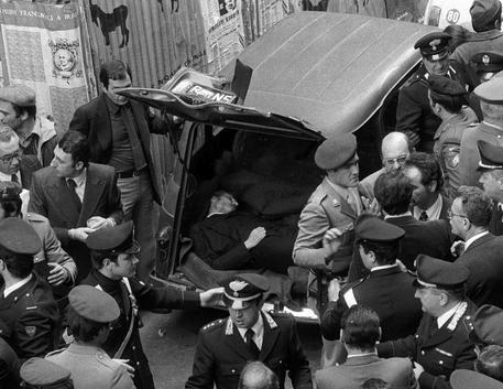 Il ritrovamento del cadavedere di Aldo Moro in Via Caetani nel 1978 © ANSA