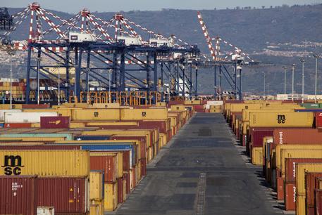 Il porto di Gioia Tauro (Reggio Calabria) con le navi e i container © ANSA