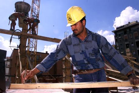 Un'immagine d'archivio che mostra un edile al lavoro