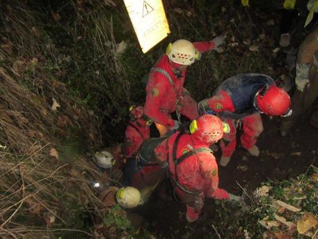 Speleologo bloccato in una grotta a 100 metri di profondità: salvato