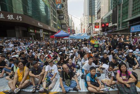 Attivisti per la democrazia occupano le strade di Hong Kong (foto: EPA)