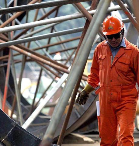 Un'operaio metalmeccanico al lavoro in un'immagine d'archivio © ANSA