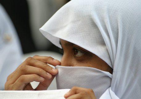 A scuola senza velo, picchiata dalla madre