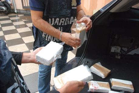 Droga: Gdf sequestra 110 kg di cocaina
