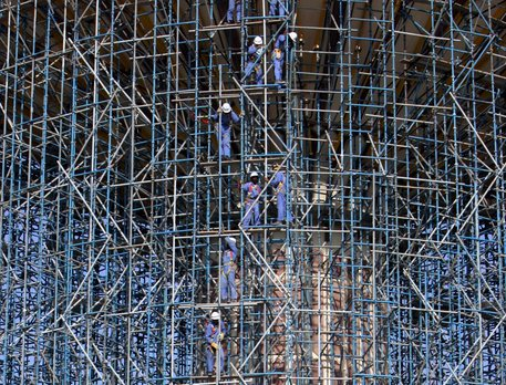 Construction workers are seen working on a scaffolding [ARCHIVE MATERIAL 20081116 ] © ANSA