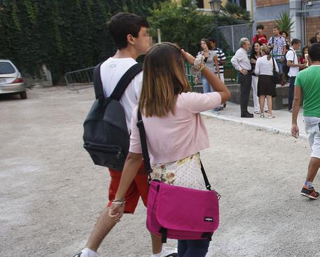 Studenti davanti ad una scuola © ANSA