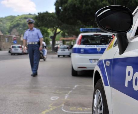 Polizia municipale in una foto di archivio © ANSA
