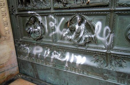 Foto scritta su portale Duomo Milano (foto: ANSA/Salvatore Garzillo)