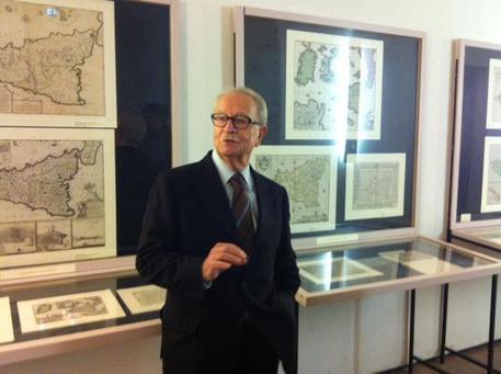 Antonio Lagumina davanti alla sua collezione © ANSA