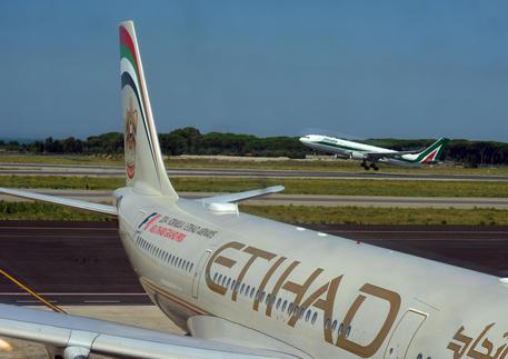Etihad ed Emirates sospendono i voli verso il Qatar