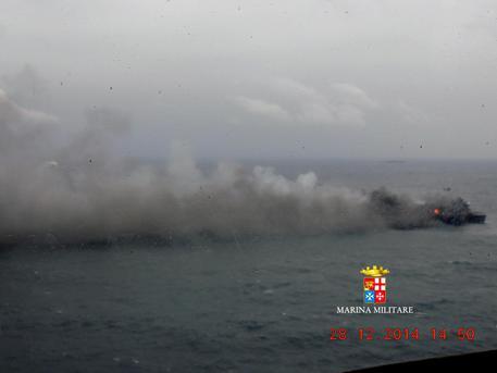 Le fiamme e la nube di fumo che si erge dalla Norman Atlantic, nel mare Adriatico © EPA