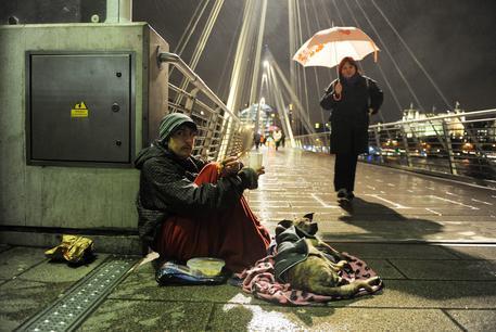 Un mendicante a Londra © ANSA