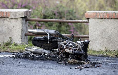 Cuoco finisce con la moto sul cancello di una villetta e muore