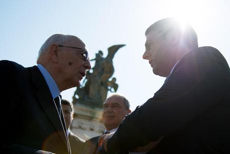 25 Aprile: Napolitano con Renzi al Vittoriano per cerimonia (foto: ANSA)