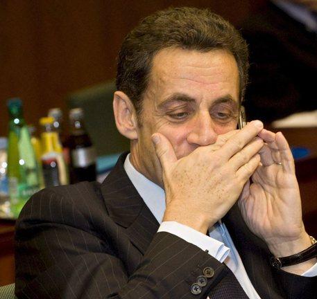 Nicolas Sarkozy al telefono in una foto di archivio (foto: EPA)