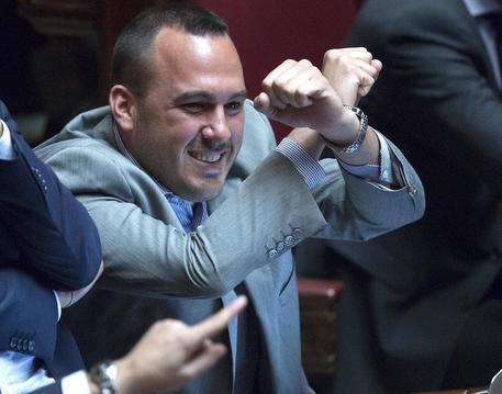 Il deputato di M5S, Di Stefano, fa il segno delle manette durante la votazione sull'arresto di Genovese (foto: ANSA)