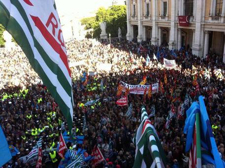 Roma: protesta dipendenti comunali,invasa piazza Campidoglio (foto: ANSA)
