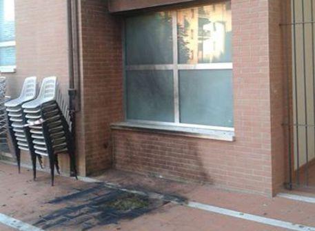 L'ingresso annerito dopo l'esplosione nella sede del PD di Firenze (foto: Ansa)