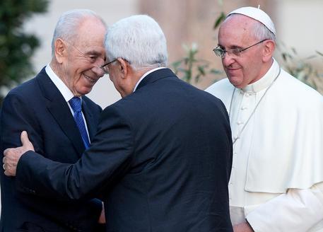 L'abbraccio tra Peres e Abu Mazen davanti al papa in Vaticano ANSA/CLAUDIO PERI (foto: ANSA)