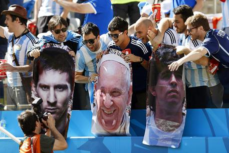 Maradona-Messi per la pace con Papa Francesco (foto: ANSA )