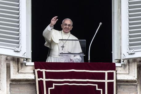 Papa Francesco durante l'Angelus in piazza San Pietro (foto: ANSA)