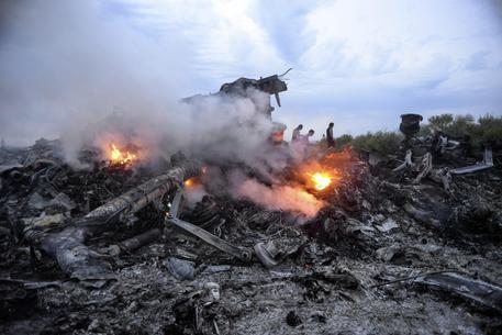 Missile abbatte un aereo malese in Ucraina, 295 morti (foto: ANSA)