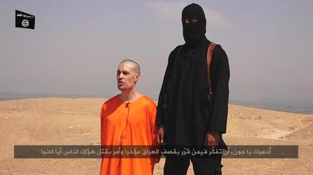 Iraq: Isis posta il video della decapitazione di un giornalista Usa. Le immagini di uno dei frame prima della morte. Su YouTube il video è stato subito rimosso per violazione della norma sulla violenza. (foto: ANSA)