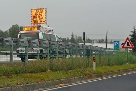 Incidente in A4, coinvolte due auto e due mezzi pesanti: traffico intenso