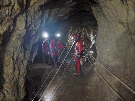 Tragedia in una grotta: cade e muore speleologo