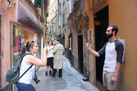 Fa pipì nei vicoli di Genova, multa da 10 mila euro
