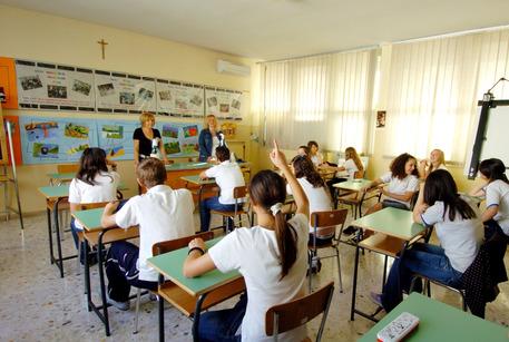 Una lezione in classe in una foto d'archivio (foto: ANSA)