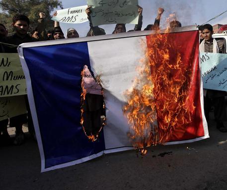 Bruciata Bandiera Francese Ad Ajaccio Mondo Ansait