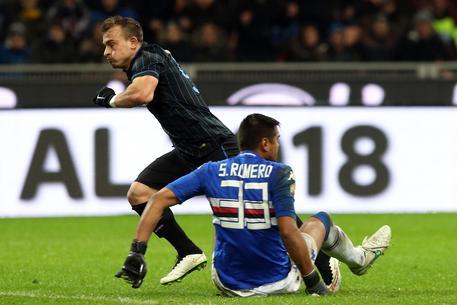 L'attaccante dell'Inter Xherdan Shaqiri esulta dopo aver segnato il gol del decisivo 1-0 per i nerazzurri contro la Sampdoria negli ottavi di finale di Coppa Italia allo stadio Meazza il 21 gennaio 2015 © ANSA