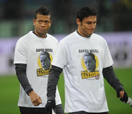 Fredy Guarin (s) e Javier Zanetti (d) dell'Inter vestono una maglia che ricorda Arpad Weisz prima di Inter-Bologna di Coppa Italia il 15 gennaio 2013 © ANSA