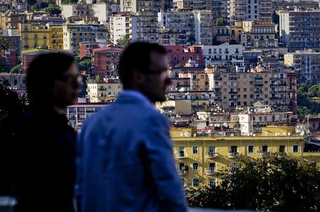 Una coppia e sullo sfondo delle abitazioni © ANSA