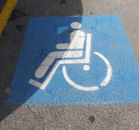 L'icona del parcheggio in spazio disabili © ANSA