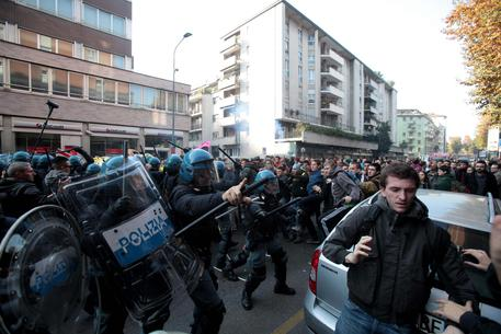Scuola: corteo Milano, studenti respinti da carica Polizia © ANSA