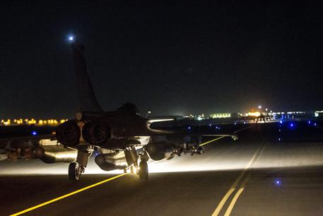 Francia lancia nuova ondata raid su Raqqa