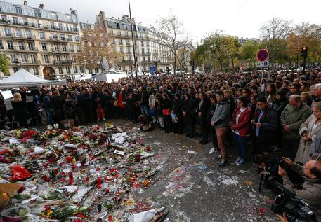 Parigi sotto attacco, tutti i video