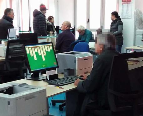 Palermo, c'è la fila allo sportello ma l'impiegato gioca al solitario$